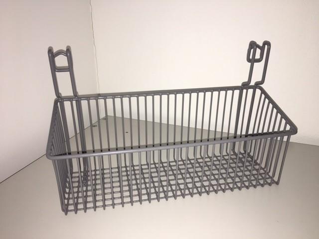 Korb aus kunststoffummanteltem Stahl zur Montage an einer Normschiene