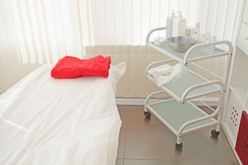 Behandlungswagen im Behandlungszimmer