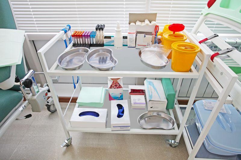 Behandlungswagen mit Material